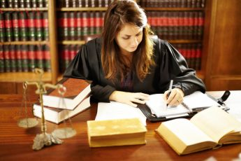 zadłużona firma odgraża się sądem